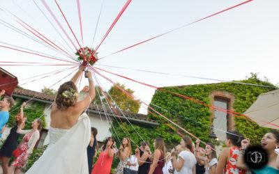 Mariage au Domaine de Courreges à Léguevin, Le jeu du ruban pour le bouquet de la mariée